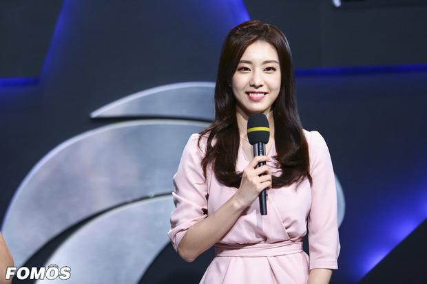 Vẻ ngoài đẹp tựa nữ thần cùng lý lịch quá khủng của vợ trẻ So Ji Sub - Ảnh 4