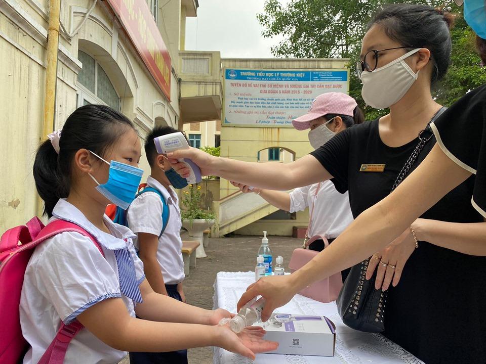 Học sinh mầm non, tiểu học Hà Nội đi học trở lại: Nhiều em ngơ ngác quên vị trí lớp học - Ảnh 1