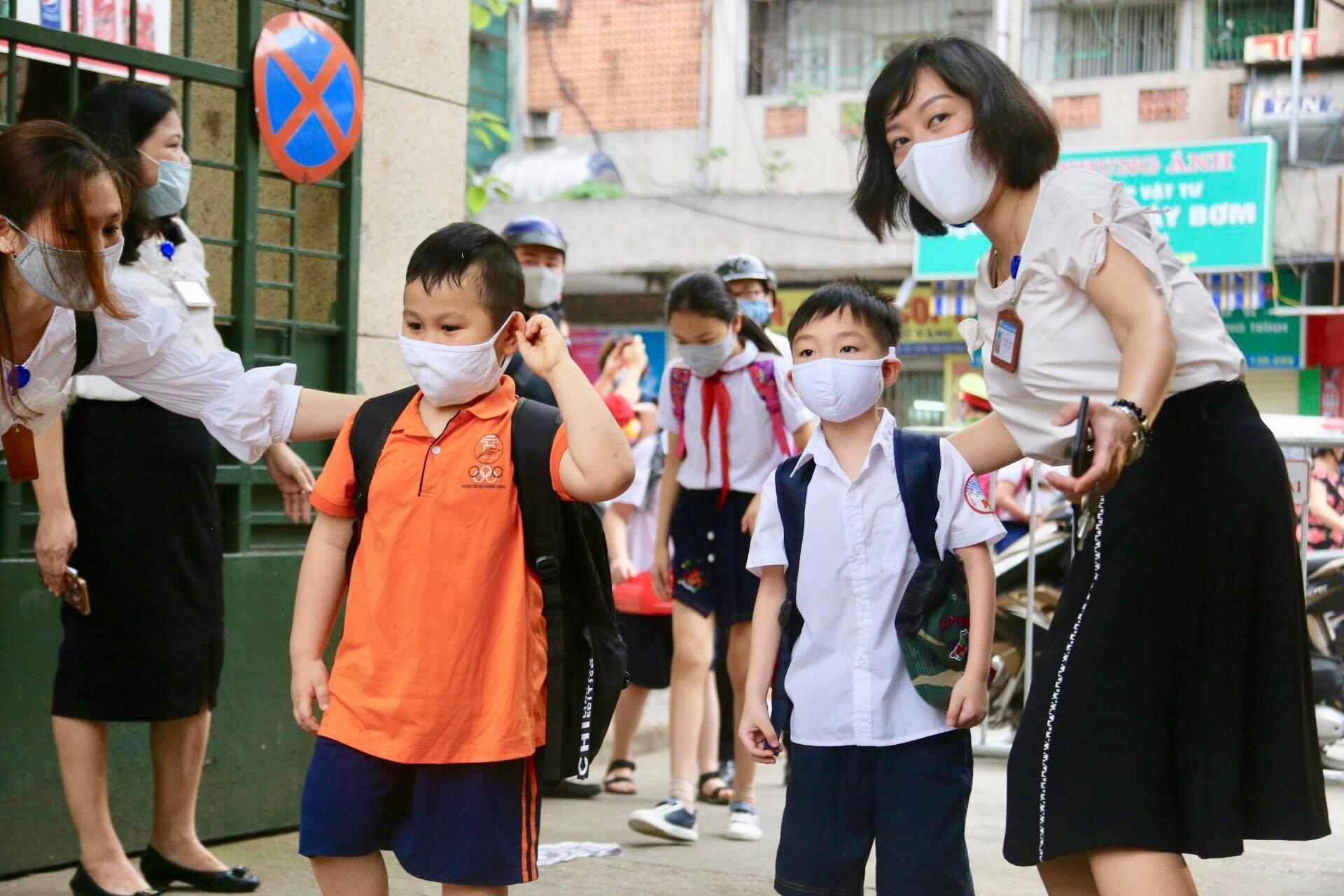 Học sinh mầm non, tiểu học Hà Nội đi học trở lại: Nhiều em ngơ ngác quên vị trí lớp học - Ảnh 2