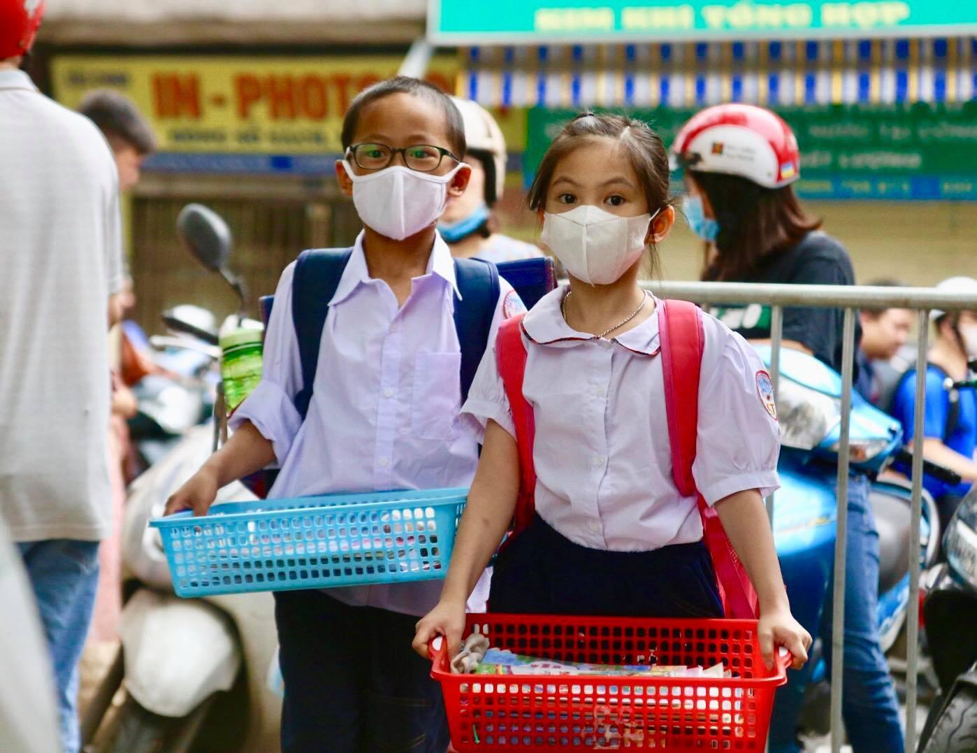 Học sinh mầm non, tiểu học Hà Nội đi học trở lại: Nhiều em ngơ ngác quên vị trí lớp học - Ảnh 3