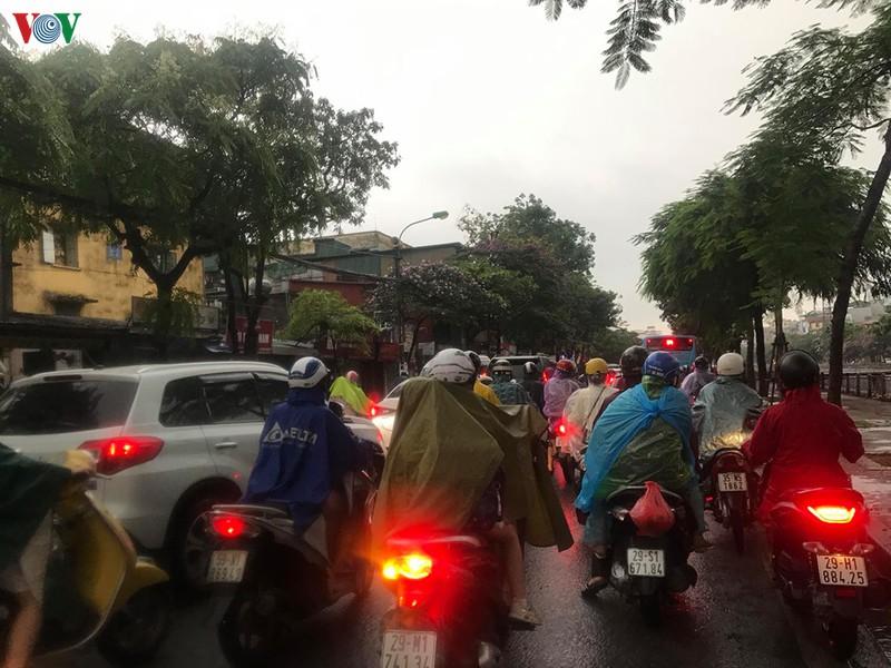 Sáng 12/5, phụ huynh Hà Nội đội mưa, nhích từng mét đưa con đến trường  - Ảnh 2