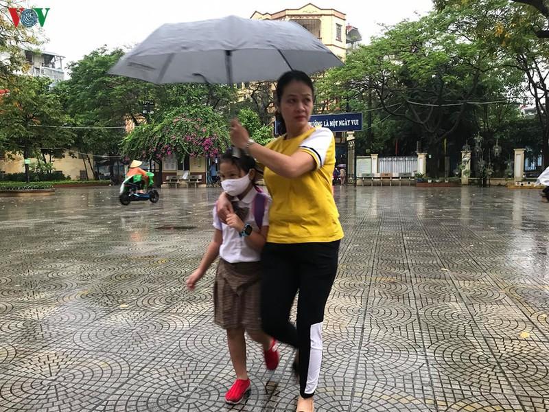 Sáng 12/5, phụ huynh Hà Nội đội mưa, nhích từng mét đưa con đến trường  - Ảnh 4