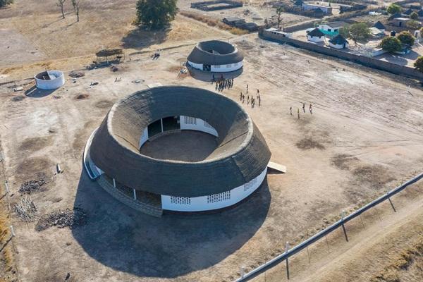 Ngôi trường giống hình ngọn đồi lọt top 10 dự án kiến trúc mới ấn tượng nhất thế giới  - Ảnh 2