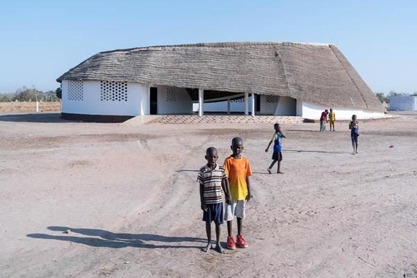 Ngôi trường giống hình ngọn đồi lọt top 10 dự án kiến trúc mới ấn tượng nhất thế giới  - Ảnh 3