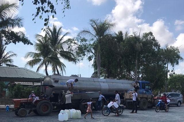 Tặng nước ngọt cho người dân vùng hạn hán Bến Tre - Ảnh 1