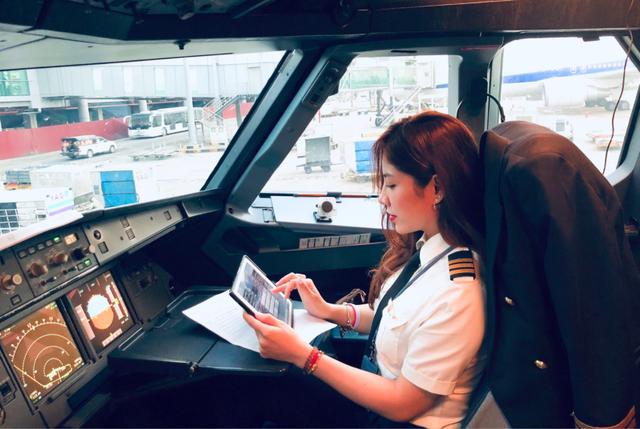 Nữ cơ phó hãng bay được báo Trung khen ngợi đẹp nhất Việt Nam - Ảnh 1