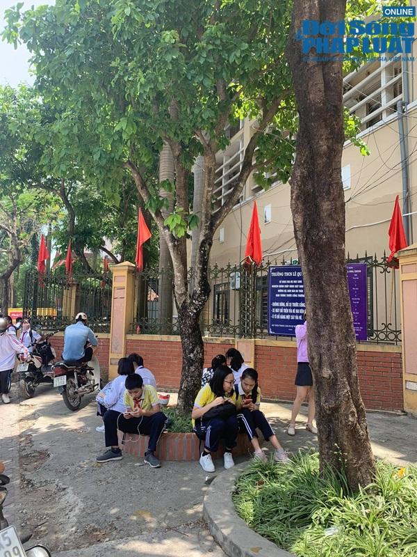 Trường khoá cửa lớp, học sinh Hà Nội đội nắng 40 độ chờ phụ huynh đến đón - Ảnh 2