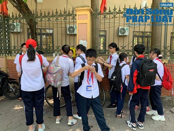 Trường khoá cửa lớp, học sinh Hà Nội đội nắng 40 độ chờ phụ huynh đến đón - Ảnh 3