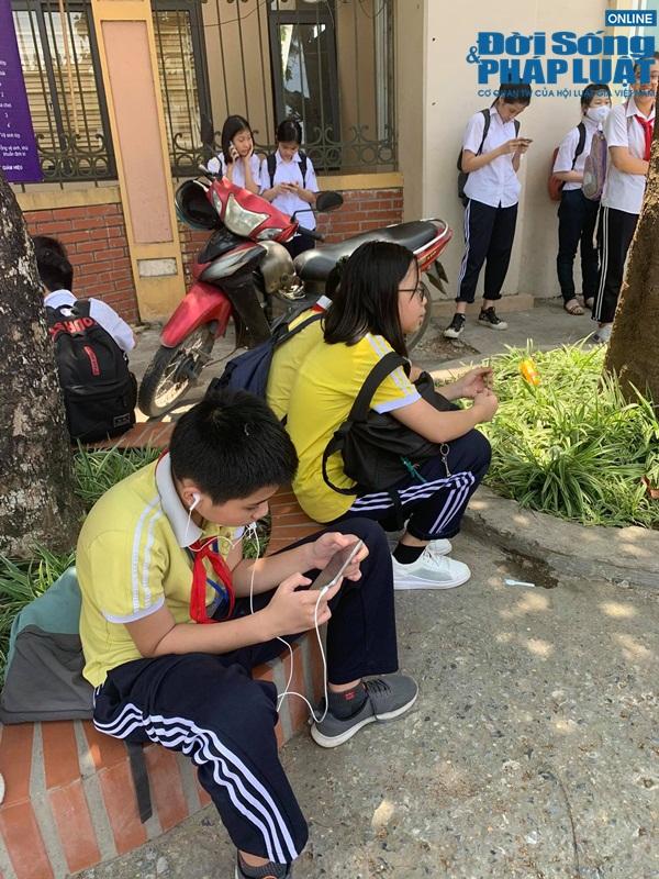 Trường khoá cửa lớp, học sinh Hà Nội đội nắng 40 độ chờ phụ huynh đến đón - Ảnh 4