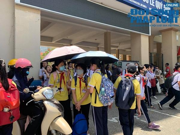Trường khoá cửa lớp, học sinh Hà Nội đội nắng 40 độ chờ phụ huynh đến đón - Ảnh 6