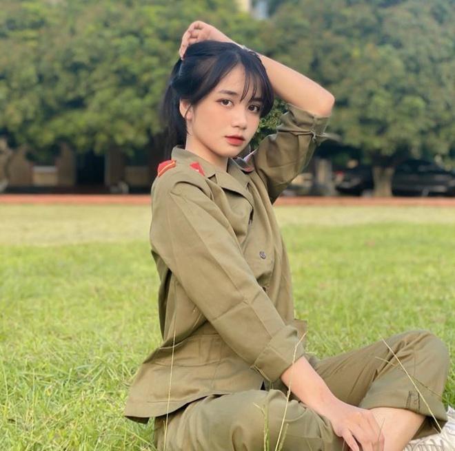 """Dân mạng """"đổ gục"""" trước vẻ đẹp tựa thần tiên của nữ sinh Nam Định trong trang phục quân sự  - Ảnh 1"""