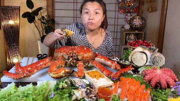 Choáng với mâm hải sản siêu to khổng lồ mừng kênh Youtube đạt 3 triệu sub của Quỳnh Trần JP - Ảnh 3