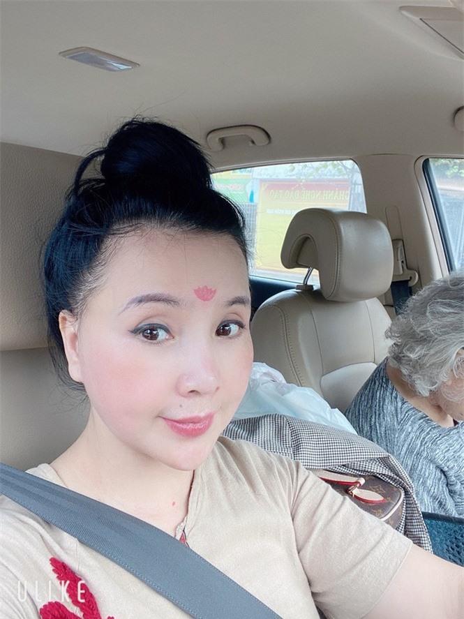 Vẻ đẹp lão hóa ngược của NSND Lan Hương ở tuổi 60 - Ảnh 2