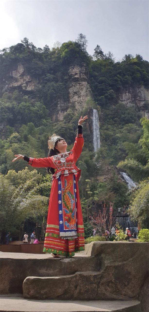 Vẻ đẹp lão hóa ngược của NSND Lan Hương ở tuổi 60 - Ảnh 6
