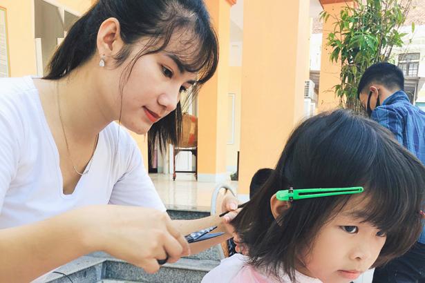 Ấm lòng tiệm cắt tóc 0 đồng của cô gái 9x xinh đẹp ở Hà Tĩnh - Ảnh 1