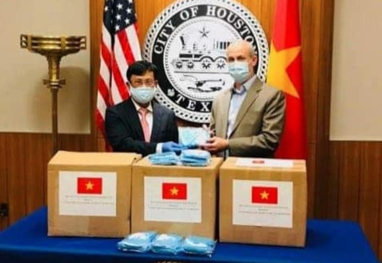 Việt Nam trao tặng 3.000 khẩu trang giúp Mỹ chống Covid-19 - Ảnh 1