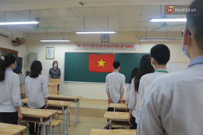 Cận cảnh tiết chào cờ độc đáo ngay trong lớp học của học sinh Hà Nội - Ảnh 3
