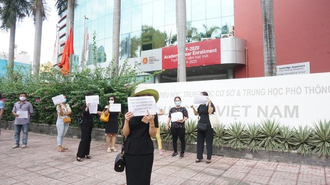 200 phụ huynh kéo đến trường Việt Úc phản đối học phí - Ảnh 1