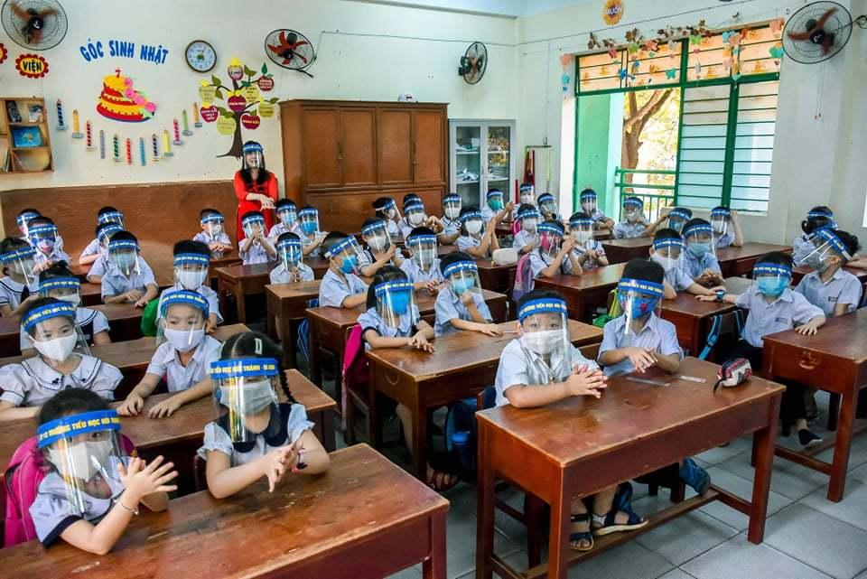 Những hình ảnh ấn tượng nhất trong ngày đầu tiên học sinh đi học trở lại sau kỳ nghỉ dài lịch sử - Ảnh 1