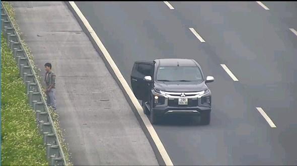 Phạt tài xế bất chấp nguy hiểm, dừng xe trên cao tốc Hà Nội - Hải Phòng để đi vệ sinh - Ảnh 1
