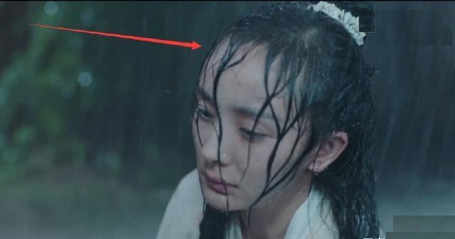 """Mỹ nhân Cbiz đọ sắc khi dầm mưa: Dương Mịch """"lộ nguyên hình"""", bị Trịnh Sảng bỏ xa - Ảnh 1"""