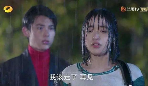 """Mỹ nhân Cbiz đọ sắc khi dầm mưa: Dương Mịch """"lộ nguyên hình"""", bị Trịnh Sảng bỏ xa - Ảnh 3"""