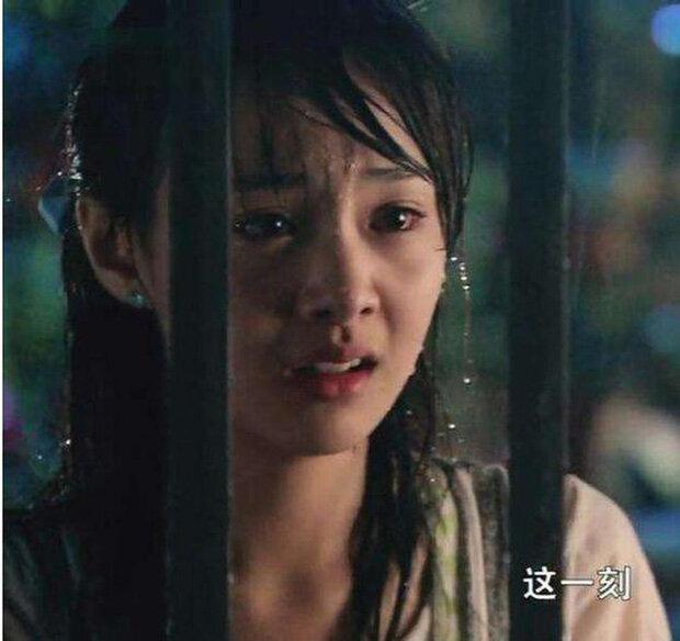 """Mỹ nhân Cbiz đọ sắc khi dầm mưa: Dương Mịch """"lộ nguyên hình"""", bị Trịnh Sảng bỏ xa - Ảnh 4"""