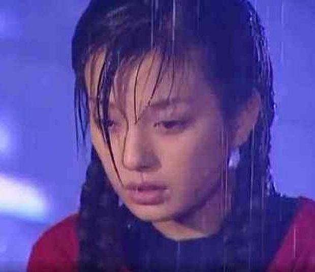 """Mỹ nhân Cbiz đọ sắc khi dầm mưa: Dương Mịch """"lộ nguyên hình"""", bị Trịnh Sảng bỏ xa - Ảnh 5"""