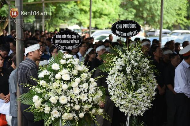 Đám tang ngập tràn nước mắt, phủ đầy hoa trắng của MC Diệu Linh - Ảnh 2