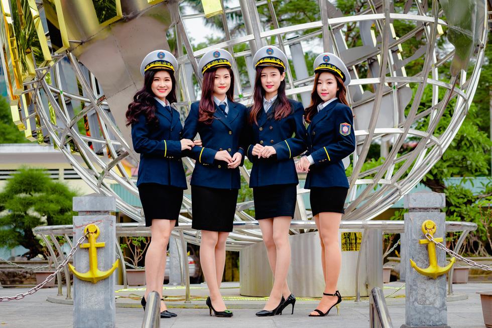 """Ngắm những bộ đồng phục đẹp lạ, """"được lòng"""" sinh viên Việt Nam nhất - Ảnh 1"""