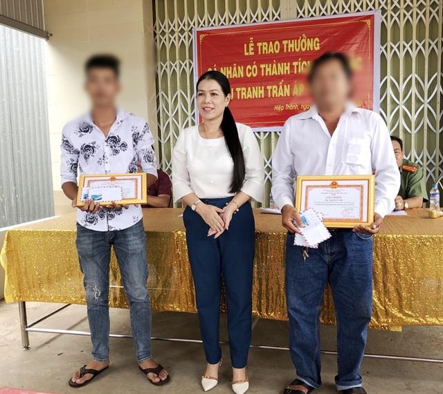 Khen thưởng 2 cha con ở Bạc Liêu đấu tranh trấn áp tội phạm - Ảnh 2