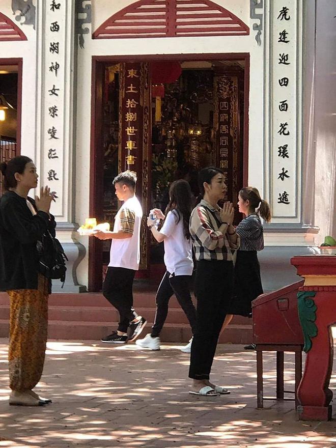 Quang Hải và Huỳnh Anh đi lễ Phủ Tây Hồ sau sóng gió bị hack tài khoản Facebook - Ảnh 1