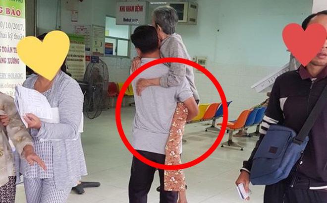 Rơi nước mắt trước tấm hình người đàn ông trung niên bế mẹ già trong bệnh viện - Ảnh 1