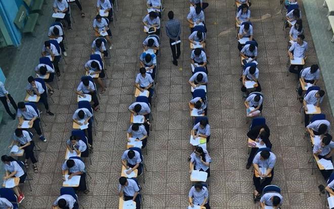 """Choáng với cảnh hàng trăm học sinh """"hạ cánh"""" dưới sân trường để làm bài kiểm tra - Ảnh 3"""