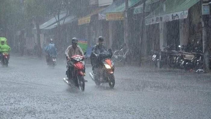 Miền Bắc đón mưa rào giải nhiệt nắng nóng đỉnh điểm, cảnh báo dông, lốc, mưa đá - Ảnh 1