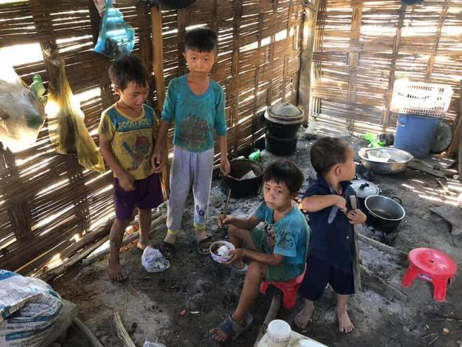 Rơi nước mắt xót thương 4 đứa trẻ chia nhau bát cơm ăn chung với xác ve sầu  - Ảnh 2