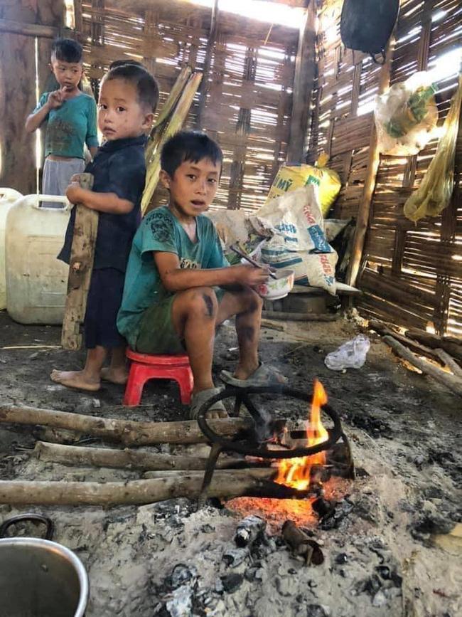 Rơi nước mắt xót thương 4 đứa trẻ chia nhau bát cơm ăn chung với xác ve sầu  - Ảnh 3