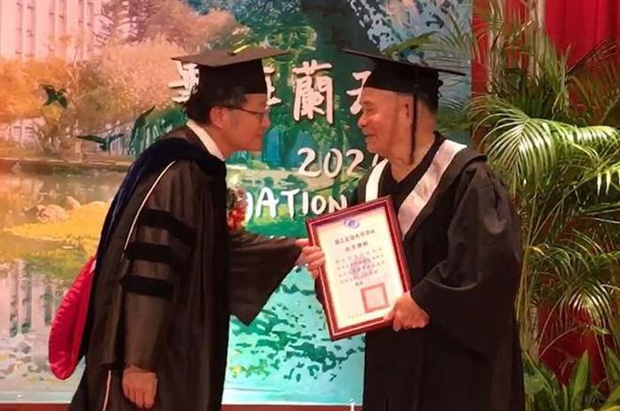 Cụ ông gây bão mạng xã hội khi 80 tuổi mới đi học, 91 tuổi nhận bằng đại học - Ảnh 2