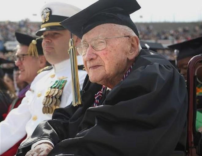 Cụ ông gây bão mạng xã hội khi 80 tuổi mới đi học, 91 tuổi nhận bằng đại học - Ảnh 3
