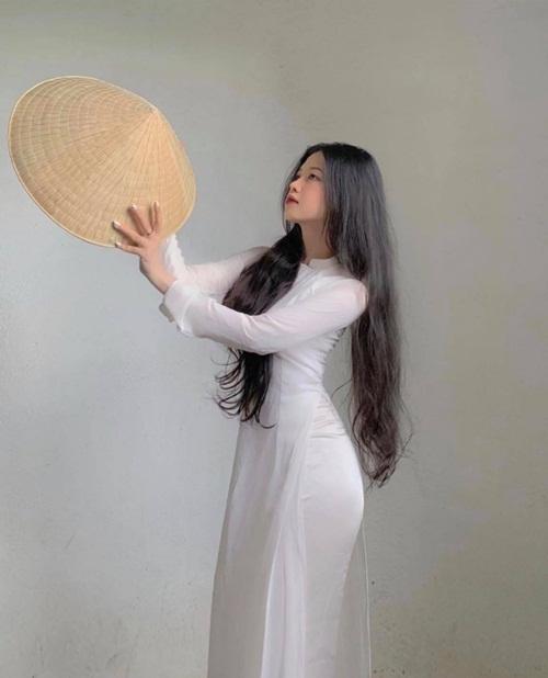 Nữ sinh diện áo dài trắng khoe ba vòng hoàn hảo gây bão mạng xã hội - Ảnh 2