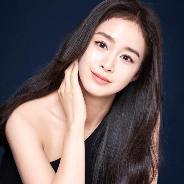 """Đăng bốn bức hình na ná nhau, Kim Tae Hee vẫn leo thẳng top Naver nhờ nhan sắc """"lu mờ vạn vật"""" - Ảnh 1"""