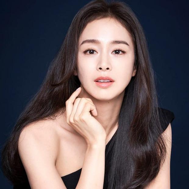 """Đăng bốn bức hình na ná nhau, Kim Tae Hee vẫn leo thẳng top Naver nhờ nhan sắc """"lu mờ vạn vật"""" - Ảnh 2"""