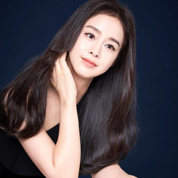 """Đăng bốn bức hình na ná nhau, Kim Tae Hee vẫn leo thẳng top Naver nhờ nhan sắc """"lu mờ vạn vật"""" - Ảnh 3"""