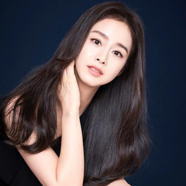 """Đăng bốn bức hình na ná nhau, Kim Tae Hee vẫn leo thẳng top Naver nhờ nhan sắc """"lu mờ vạn vật"""" - Ảnh 4"""