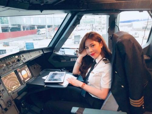Ngắm nhan sắc cùng gu thời trang khác biệt của nữ cơ phó xinh đẹp nhất Việt Nam lúc ngoài buồng lái - Ảnh 1