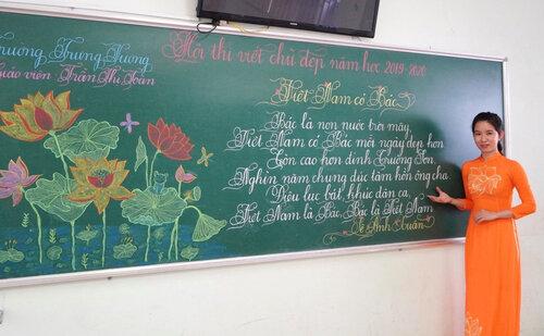 Cô giáo Quảng Trị viết chữ đẹp như vẽ tranh gây sốt mạng xã hội - Ảnh 1