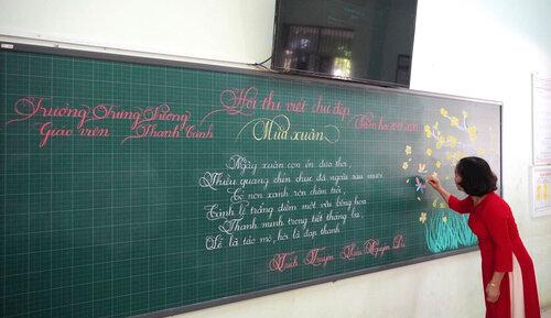 Cô giáo Quảng Trị viết chữ đẹp như vẽ tranh gây sốt mạng xã hội - Ảnh 2