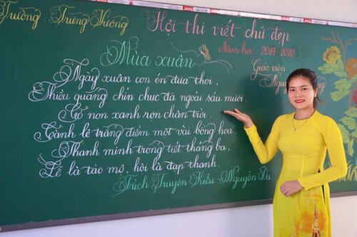 Cô giáo Quảng Trị viết chữ đẹp như vẽ tranh gây sốt mạng xã hội - Ảnh 3