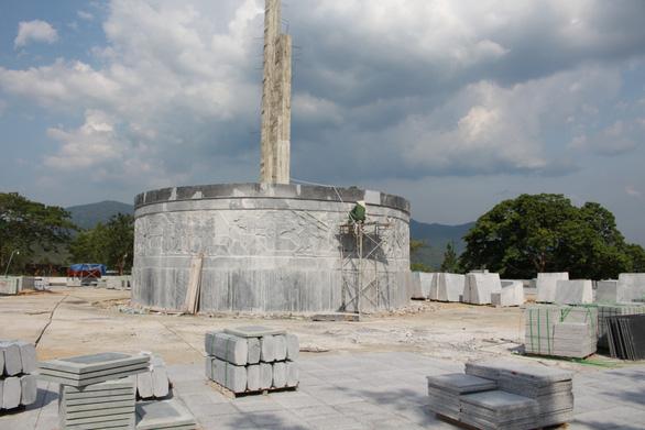 Một huyện nghèo ở Bình Định xây được tượng đài 48 tỷ - Ảnh 1
