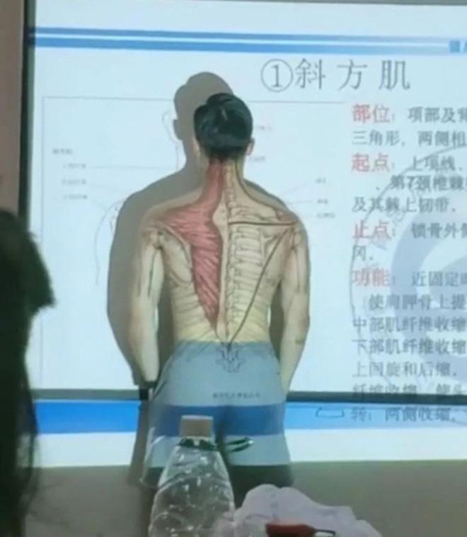 """Thầy giáo có tâm nhất """"hệ mặt trời"""": Cởi áo lấy thân mình minh họa bài giảng gây sốt mạng - Ảnh 2"""